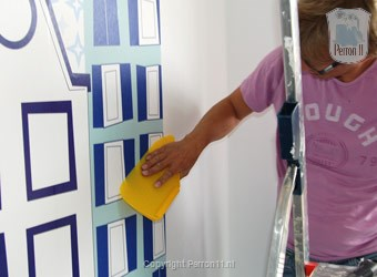 pressure wallpaper with a wallpapering squeegee